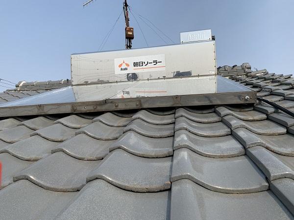 瓦屋根調査時の太陽光温水器の様子