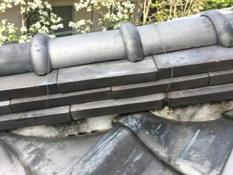 棟の隙間から水の浸入により、葺き土を崩し、のし瓦の固定力が弱まったため、のし瓦がズレてしまっています。