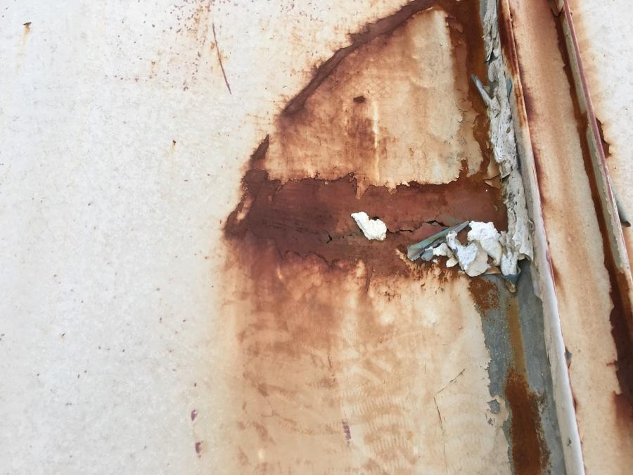 錆びにより穴あきが発生しています。