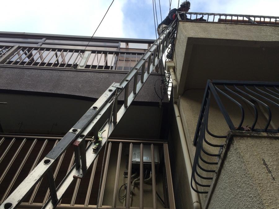 屋根に上る職人