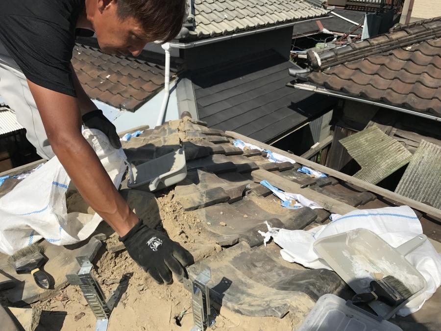 解体した棟の下地の土を清掃いたします。