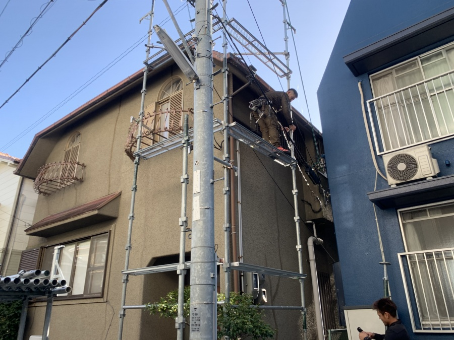 屋根工事で棟板金の吹き飛び 足場架設
