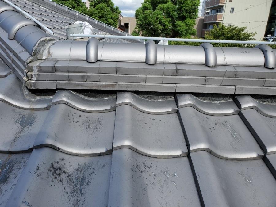 屋根修繕で面戸漆喰を斫った廃材を清掃