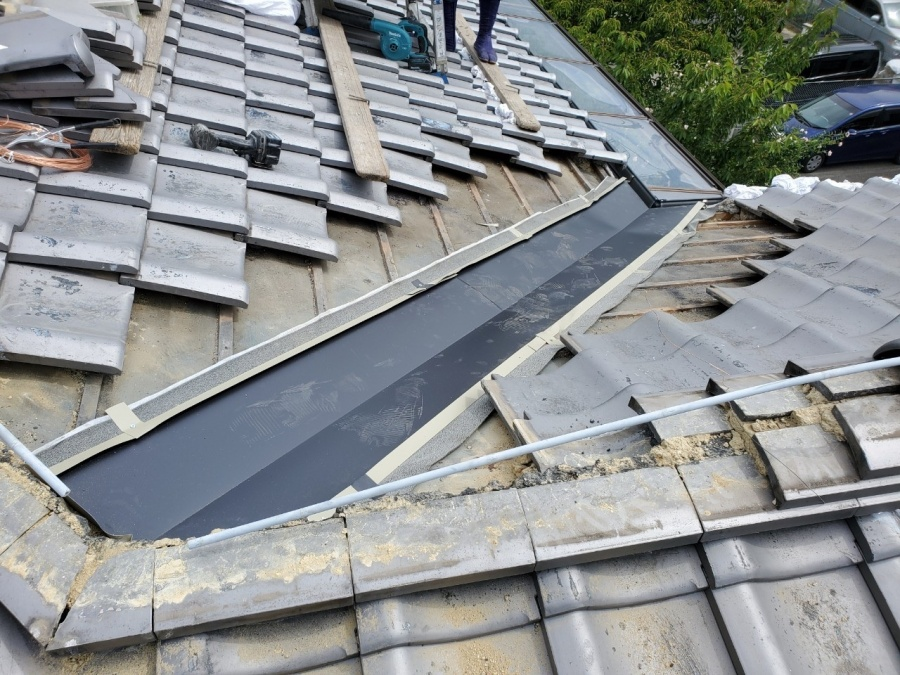 屋根修繕で谷板金の取付