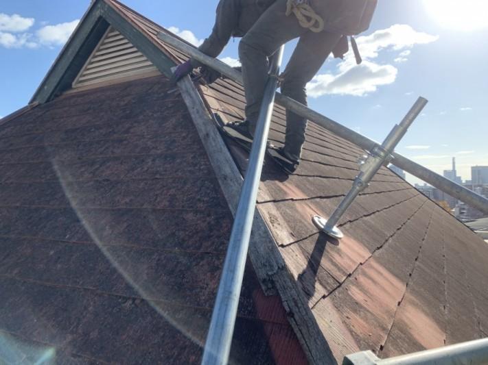 屋根工事で棟板金の吹き飛び 古い下地を撤去します。