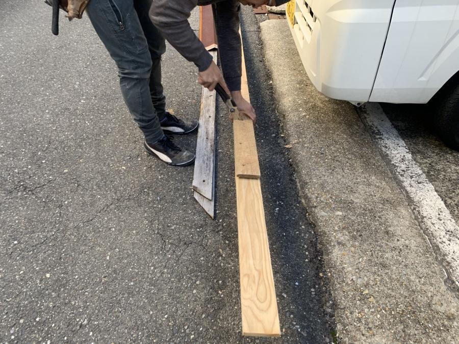 屋根工事前の棟板金の吹き飛び 新しい下地をカットします。