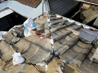新しく棟を施工する前に追立の隙間を極限まで調節します。
