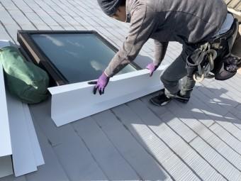 トップライト(天窓)の雨漏り修繕工事 板金で包みます。