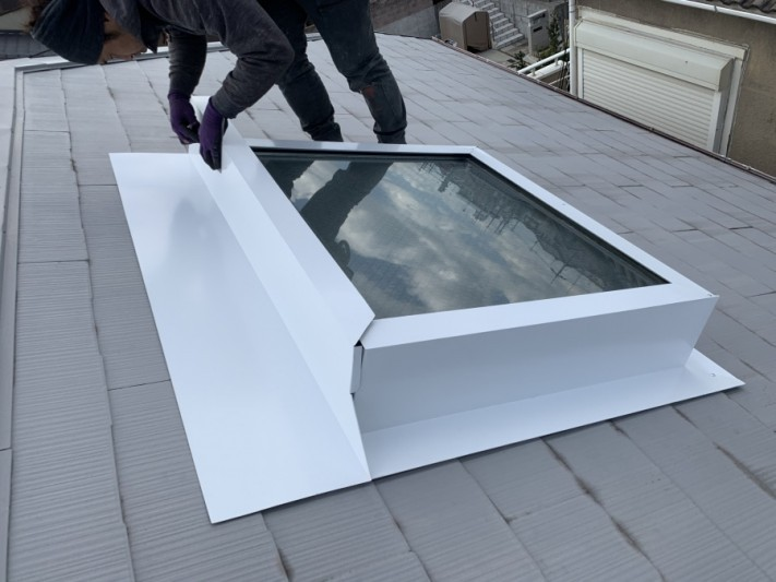 神戸市北区 トップライト(天窓)の雨漏り修繕工事  トップライト上端の加工が完了