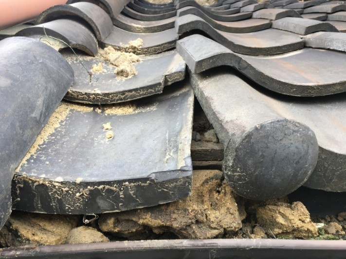 土葺きの屋根車の接触による瓦のズレ