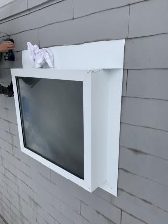神戸市北区 トップライト(天窓)の雨漏り修繕工事  トップライト上端の板金は屋根材の間に差し込み水を受けます。
