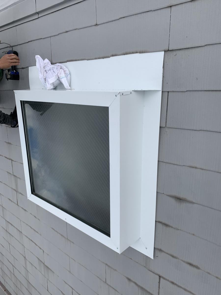 トップライト(天窓)の雨漏り修繕工事  トップライト上端の板金は屋根材の間に差し込み水を受けます。