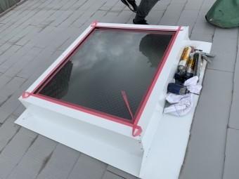 神戸市北区 トップライト(天窓)の雨漏り修繕工事  トップライト板金とガラスの間をマスキングテープで養生します。