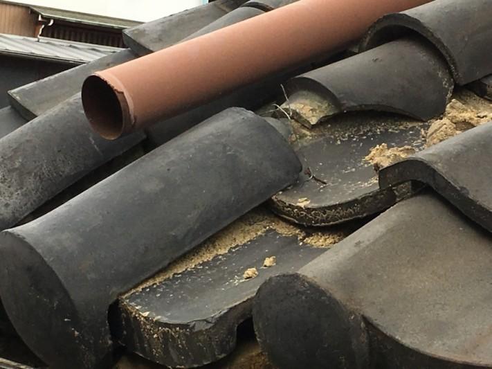 土葺きの屋根車の接触による丸瓦のズレ