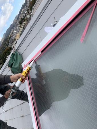 神戸市北区 トップライト(天窓)の雨漏り修繕工事  トップライト板金とガラスの間をシーリングで防水処理します。