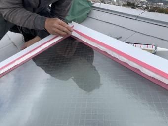 神戸市北区 トップライト(天窓)の雨漏り修繕工事  コーキングを押さえて均します。