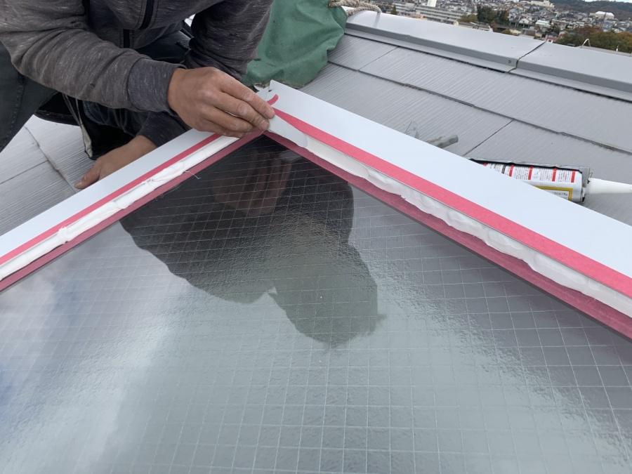 トップライト(天窓)の雨漏り修繕工事  コーキングを押さえて均します。