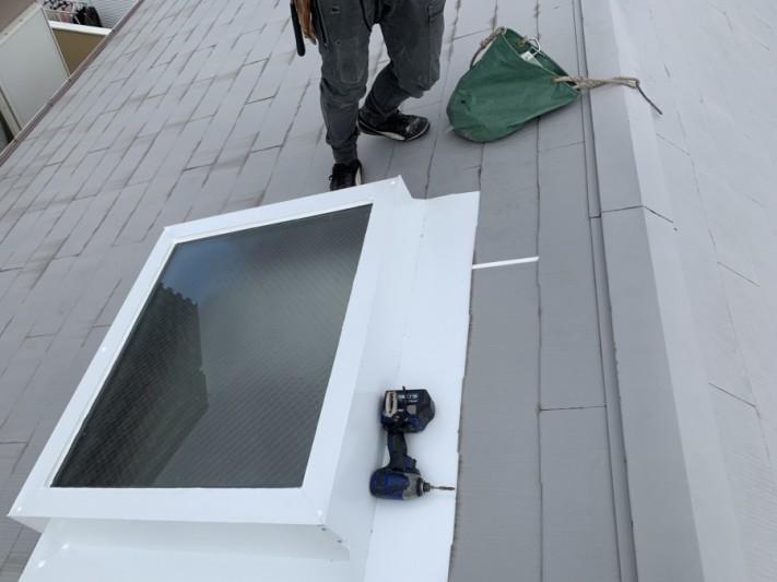 神戸市北区 トップライト(天窓)の雨漏り修繕工事  トップライト上の屋根材の隙間をシーリングで防水処理します。