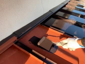 神戸市東灘区 錆びた板金屋根を塗装します。 上塗り1回目
