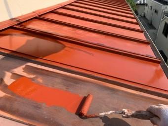 神戸市東灘区 錆びた板金屋根を塗装します。 下塗りサビ止め