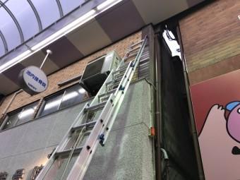 集水器付近の外壁へ梯子を掛けます。