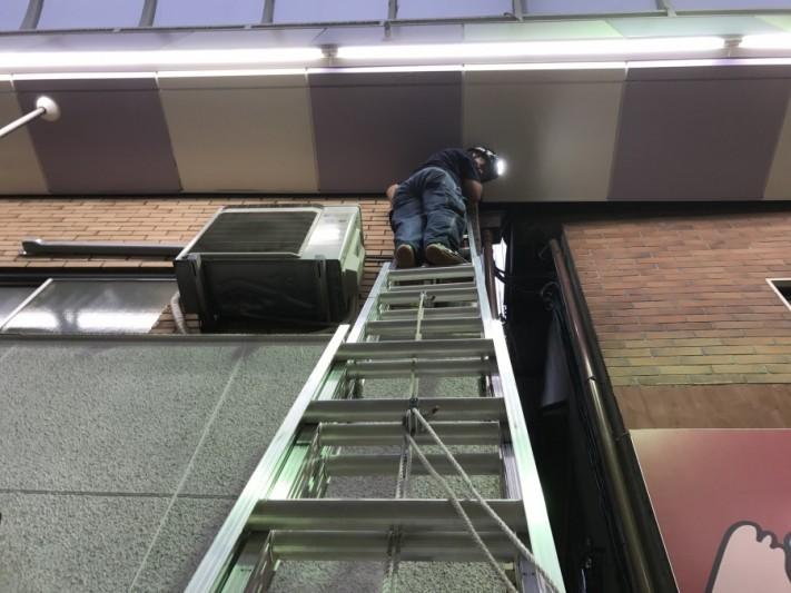 梯子に上り点検を行います