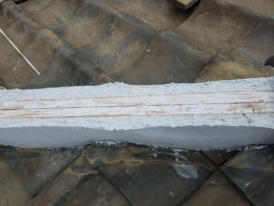 棟の下地となる垂木になんばんを塗りあげていきます。