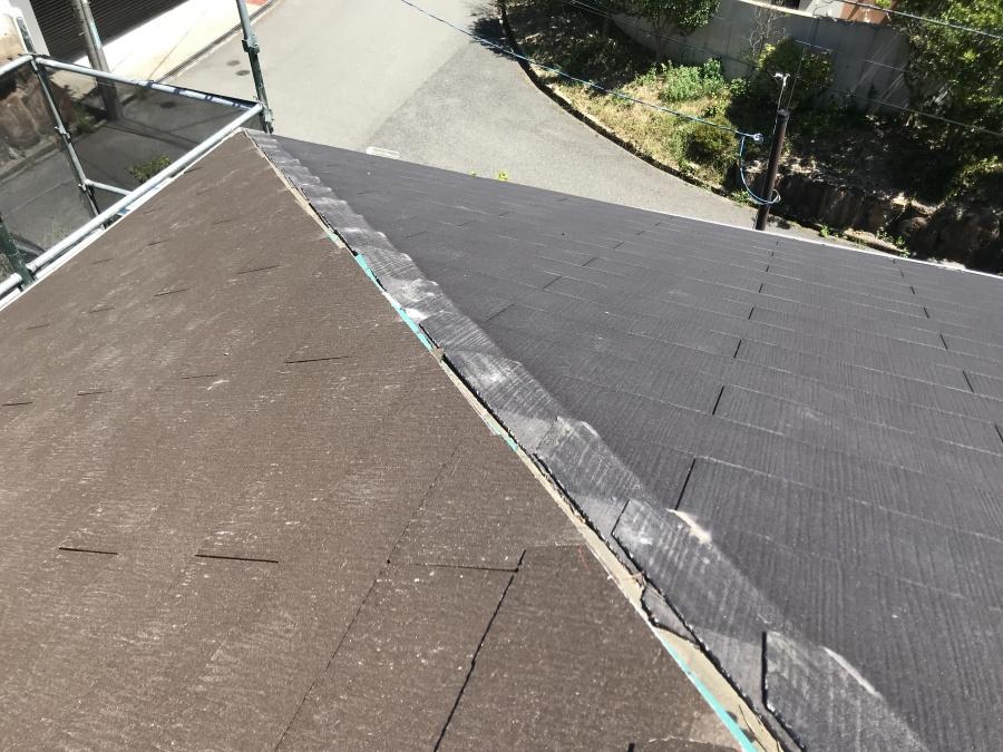 葺き替えたカラーベストと既存の屋根の頂点部棟