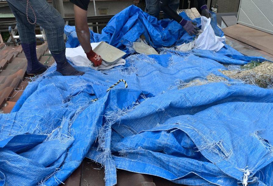 屋根葺き直し工事時に養生ブルーシートの撤去