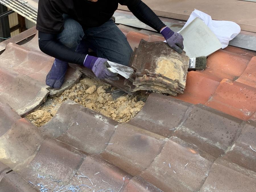 屋根葺き直し工事時にズレた瓦の撤去