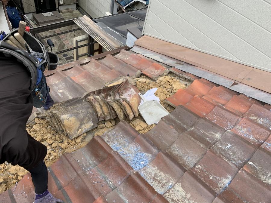 屋根葺き直し工事時にズレた瓦を捲る作業