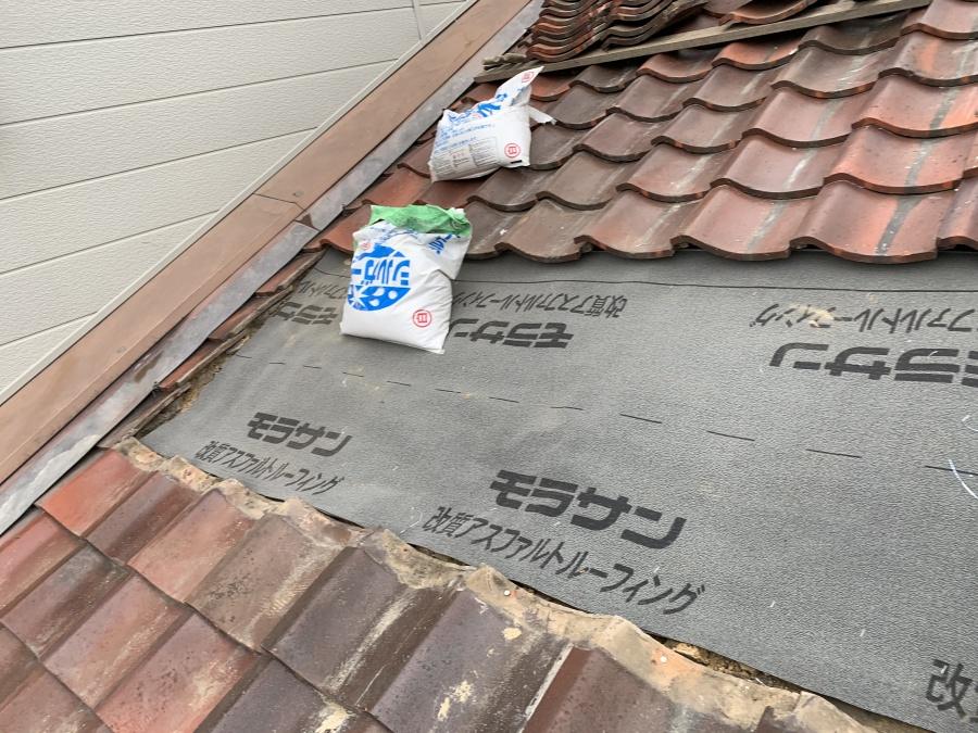 屋根葺き直し工事前に防水シートを敷設します
