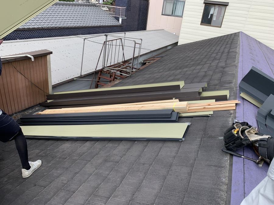 雨漏り現場着工 屋根材の搬入