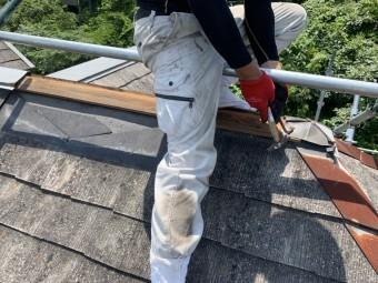 屋根補修工事で既存の棟部を解体いたします、