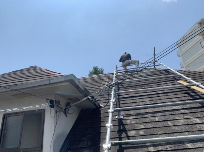 屋根補修工事に急勾配の為部分的に屋根足場を架設します。