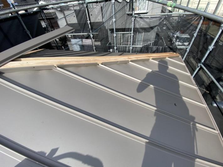 屋根頂点の貫板にはエプロン面戸を取付ます。