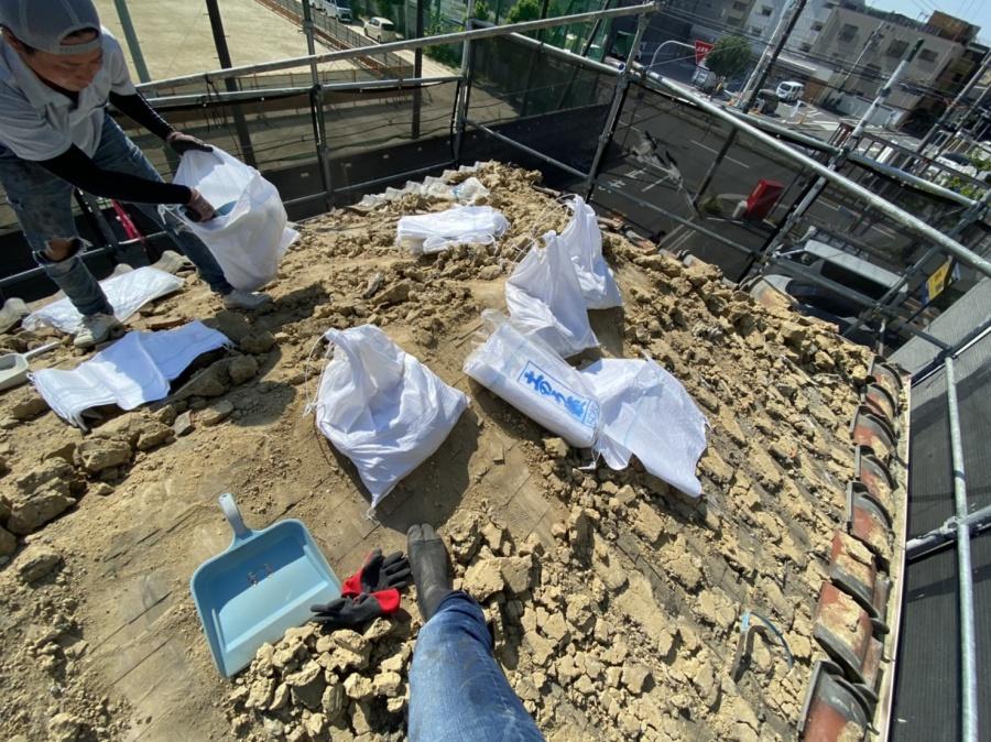 瓦下地の葺き土を清掃していきます