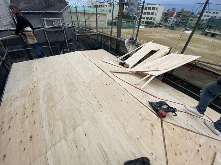 胴縁に対して12mmの構造用合板を取り付けていきます。