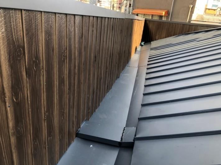 雨漏り現場屋根カバー工法立平葺き完了