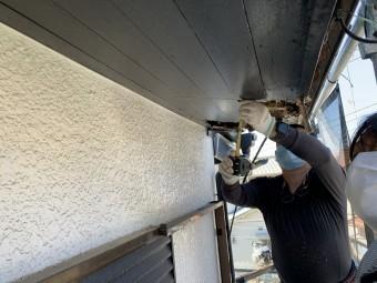 神戸市東灘区 雨漏りにより朽ちた庇屋根の組み直し工事 庇の解体開始