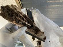 神戸市東灘区 雨漏りにより朽ちた庇屋根の組み直し工事 軸組の垂木は雨水によりスカスカに劣化しています。