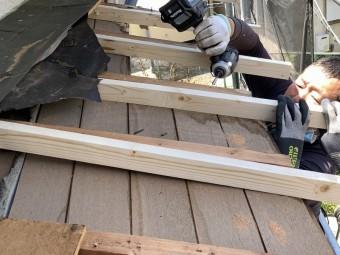 解体した庇部分に垂木を入れていきます。