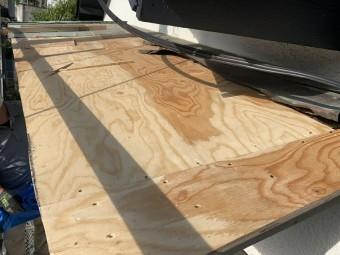 新しく屋根の野地板を組み直します。