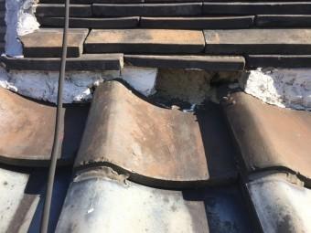 面戸の漆喰がはがれ、のし瓦の隙間から入った土が葺き土を流しています。