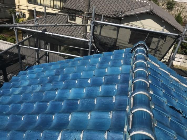 青緑の釉薬瓦葺きの屋根