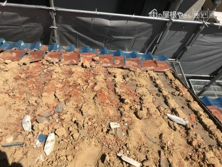 瓦の欠片と下地の葺き土もすべて取り除いていきます。