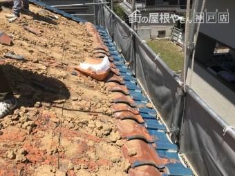 軒先の瓦は、土の落ち止めの為に最後に捲ります。