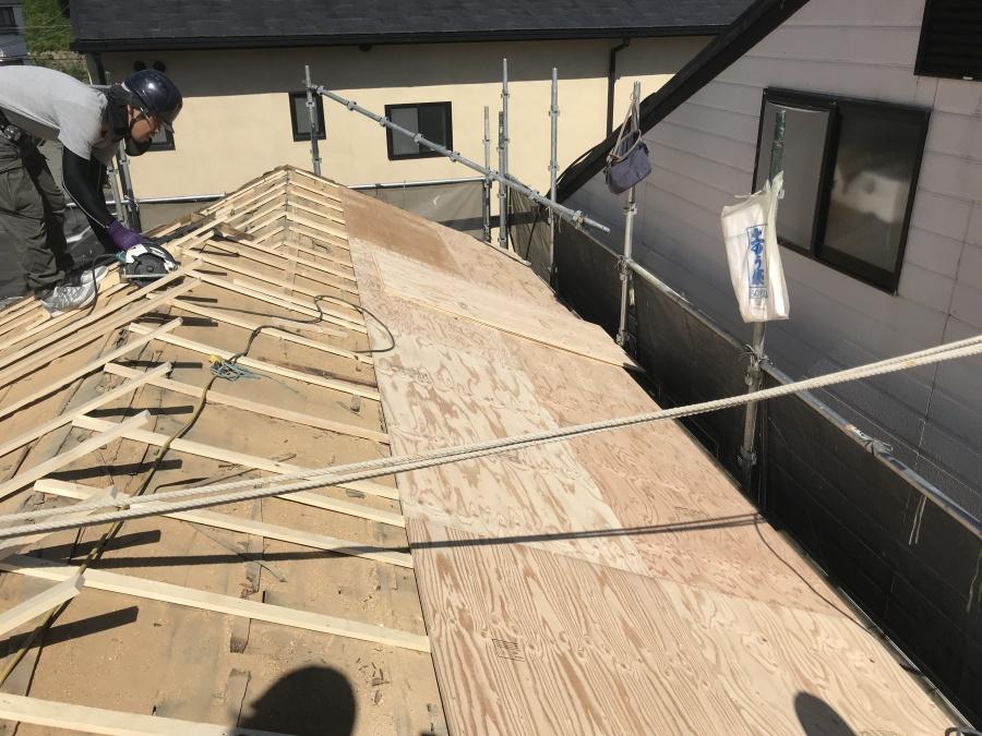 新しい屋根下地、構造用合板12㎜を胴縁に留めつけていきます。