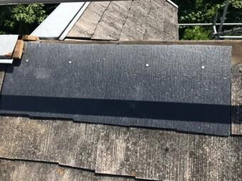 屋根補修工事に新しい屋根材を取り付けます。