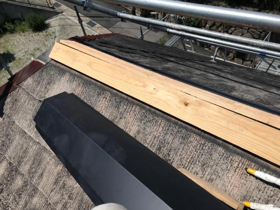 屋根補修工事に下地貫板を取り付けます。